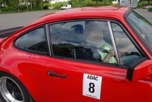 Freut sich über eine gelungene Prüfung: Beifahrerin Inge Stamm-Autsch im Cockpit des Porsche 911 3.0 SC