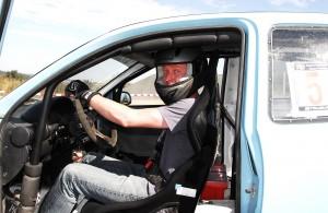 Ready für take off:: Matthias Bätz am Steuer seines Opel Corsa