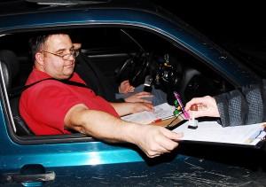 Andre Wittmann-Beifahrer Dieter Strunz lässt sich einen weiteren Stempel in seine Bordkarte auf dem Weg zu einem vierten Platz bei der Winter-Nacht-Orientierungsfahrt des MSC Helmbrechts eintragen