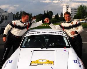 So sehen Sieger aus: Holger Suhl (li.) und Nicolas Hässler wiederholten mit ihrem Porsche 911 den Sieg von 2011