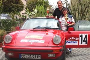 Stolz präsentieren Jochen und Inge Autsch ihre Siegerpokale von der METZ-Rallye Classic